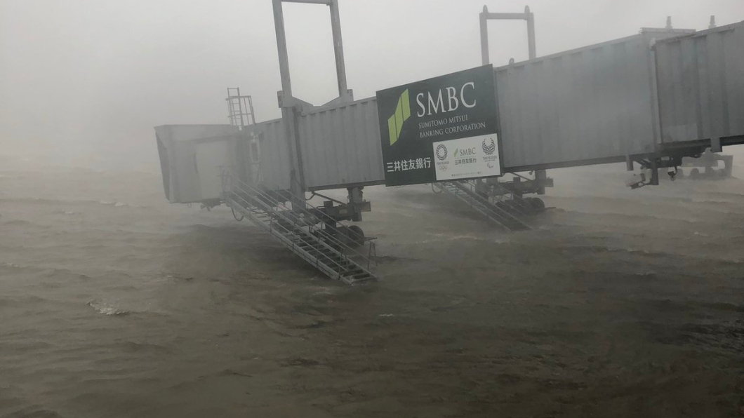 強颱「燕子」登陸日本,各地陸續出現災情。翻攝自/Twitter 天佑台灣?今年颱風多撲日韓 氣象局告訴你原因