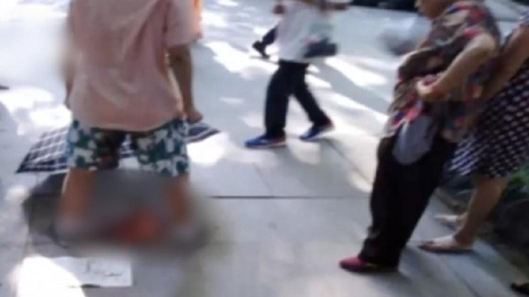 圖/翻攝自 微博 腹痛堅持出門玩 孕婦羊水破「站著產女嬰」嚇壞路人