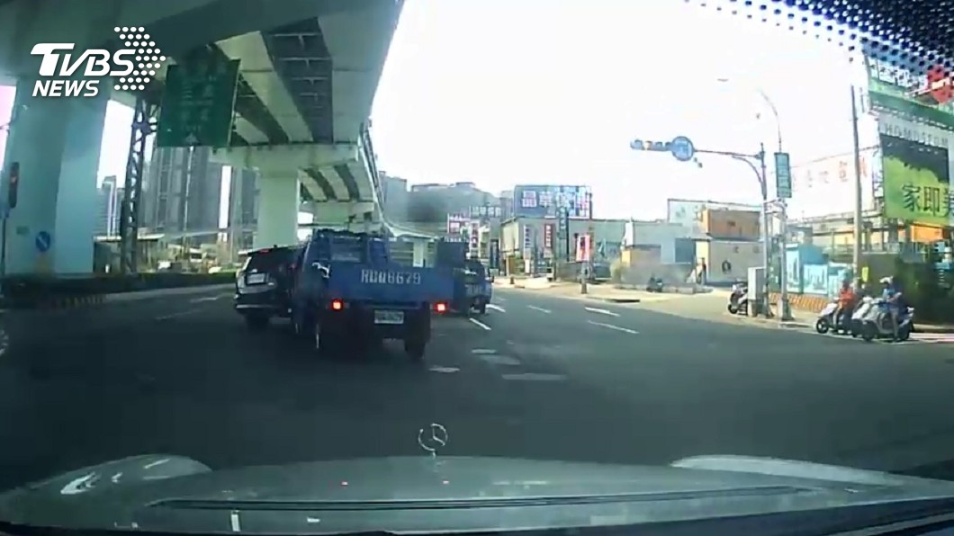 圖/民眾提供 追撞!警抓偷車賊 波及無辜車輛