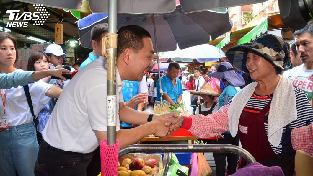 圖/中央社 侯友宜市場掃街緊握民眾的手 按部就班打選戰