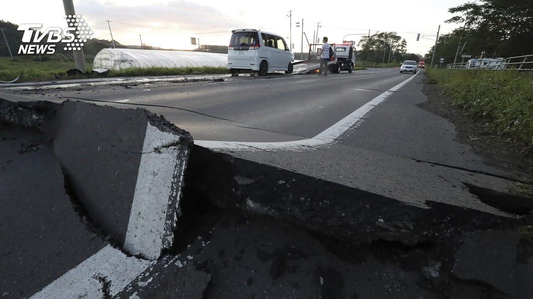 地震造成日本道路隆起崩裂。圖/達志影像美聯社