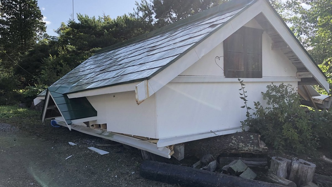 房屋也受不了強震襲擊而倒塌。(圖/翻攝自推特)