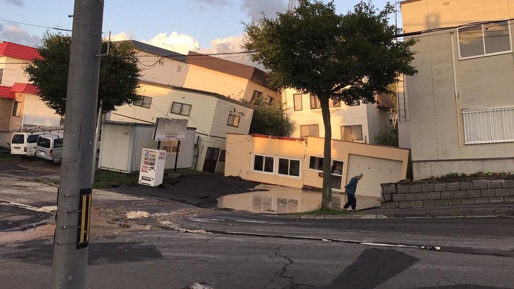 房屋出現傾倒的情況。(圖/翻攝自推特)