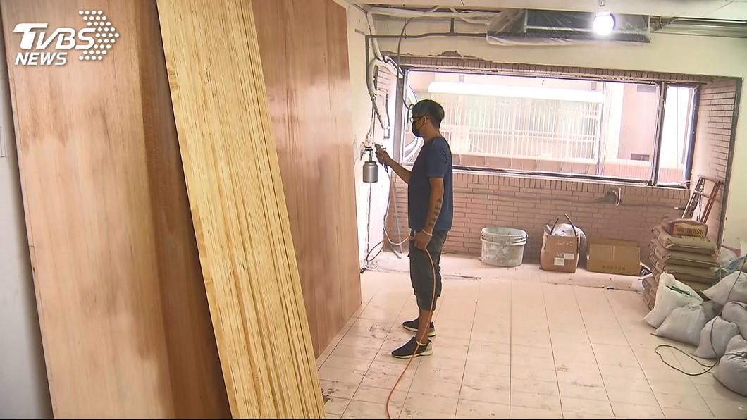 示意圖/TVBS 誤把拖鞋穿到陽台!工人遭罵「沒教養」還客訴 吞淚道歉