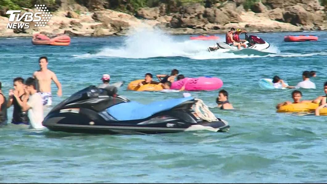 體驗水上摩托車,遊客竟被丟在海上。圖/TVBS
