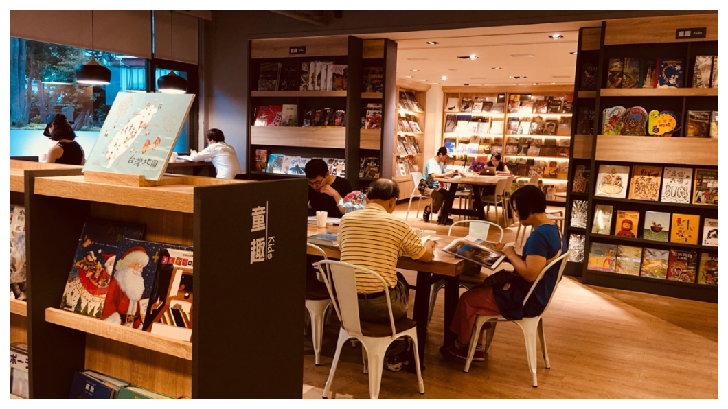 戴勝益認為,人生分職業、事業、志業三個階段,做益品書屋就是我奉獻給台灣這塊土地的一種方式。希望未來台灣319個鄉鎮都有人響應一起開書屋,一起翻轉整個台灣。   圖/TVBS