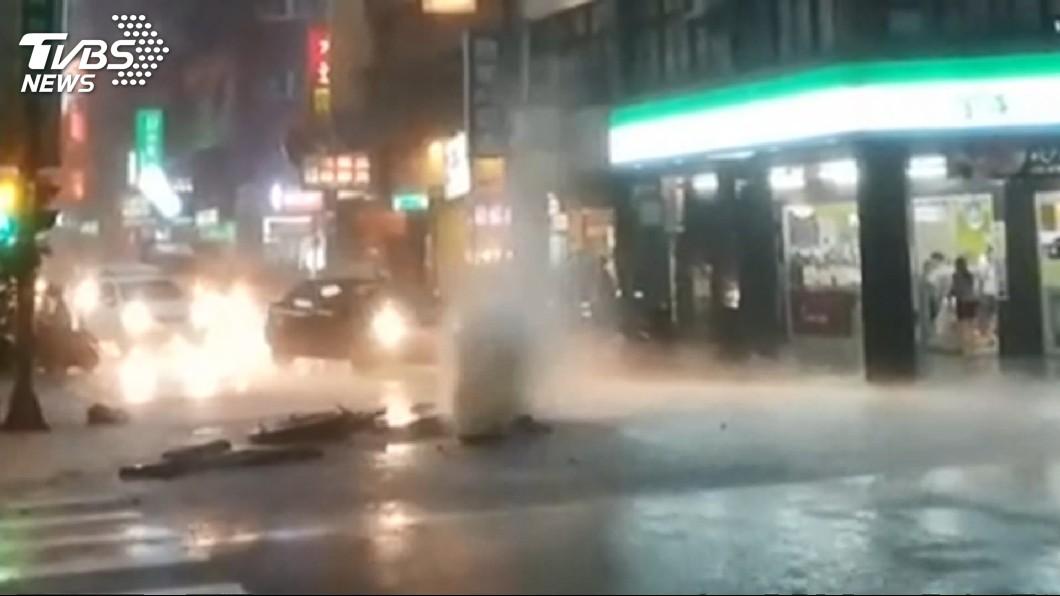 圖/TVBS 災情彙整/暴雨猛炸北北基 多處馬路變小河