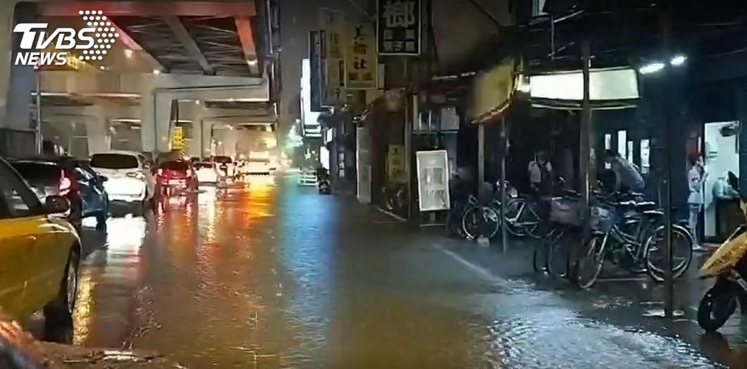 圖/TVBS 北台暴雨引論戰!網酸「下在南部淹3天」 鄉民嗆比預算