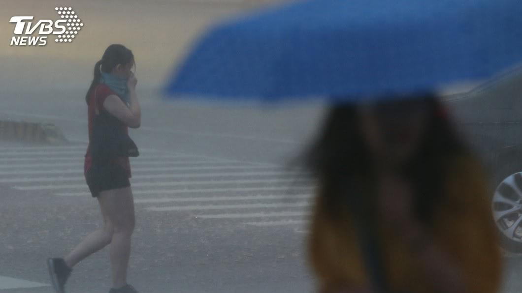 圖/中央社資料照 變天了!明恐瞬間「炸雨、下暴流」 這天北台狂降10度
