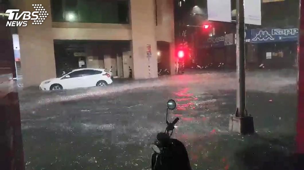 圖/TVBS 快訊/基隆義一路、中山一路 積水約達20公分