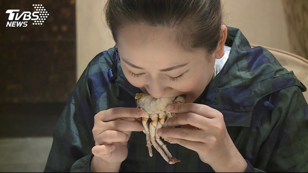醫師建議螃蟹完全煮熟再吃,避免吃進寄生蟲。圖/TVBS