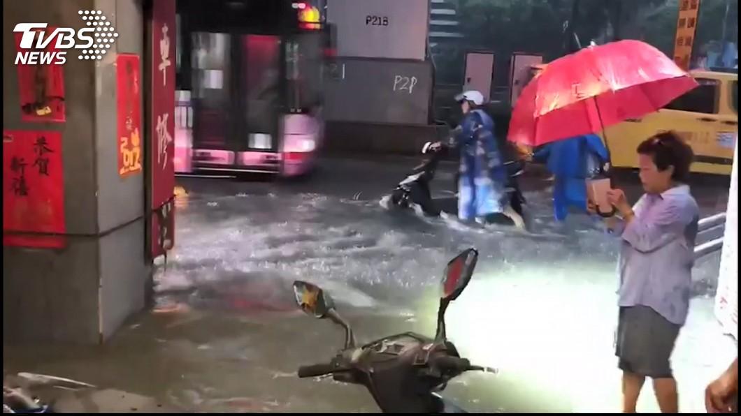 圖/TVBS 賴揆是對的?暴雨猛炸北台淹大水 網:要看水退速度