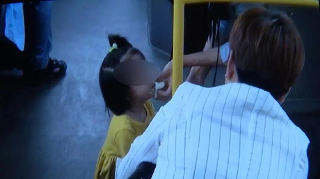 小女孩吃完冰棒後嘴上都是,旁邊的乘客拿出衛生紙幫她擦嘴。(圖/翻攝自陸網)