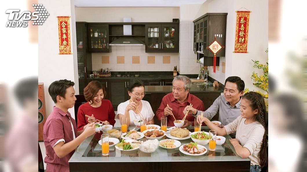 示意圖,非當事人。圖/TVBS 幫長輩剝蝦被酸心機重「想分家產」 綠茶婊下場超慘