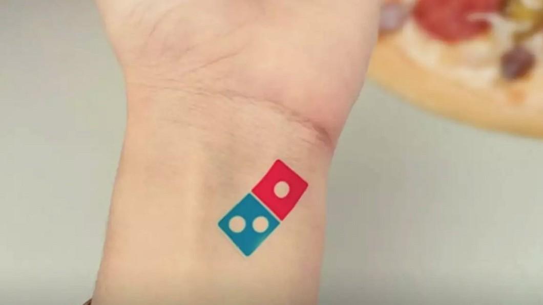 圖/barstoolsports 推特 俄「達美樂之亂」 紋骰子Logo爽吃100年披薩