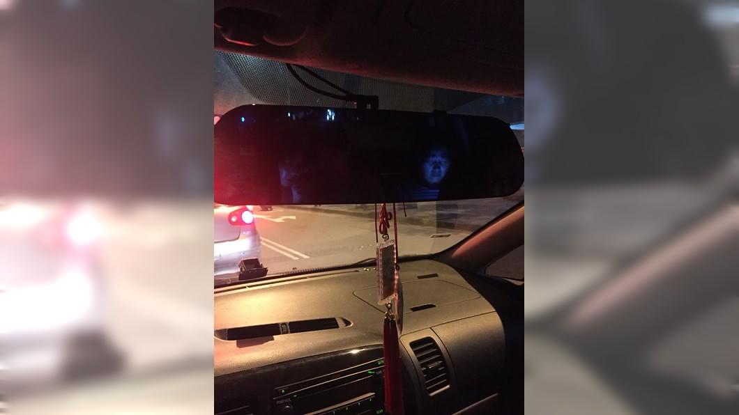 男網友看到丈母娘在後車子後座玩手機,發出的藍光讓他嚇破膽。(圖/翻攝自爆廢公社公開版) 丈母娘後座玩手機 男從後視鏡見「藍光罩臉」膽嚇破