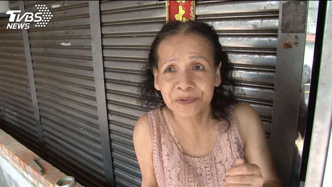 謝姓婦人分享當天黃得倫下班後到她家幫忙清淹水的情況。(圖/TVBS)