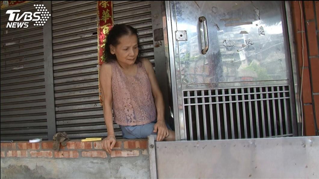 除了幫忙掃家裡的淹水之外,謝姓婦人還提到黃得倫幫她把擋水鐵閘放下去,幫助她許多。(圖/TVBS)