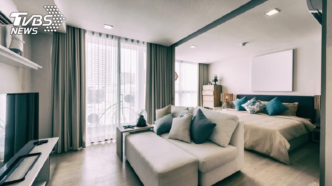 示意圖。圖/TVBS 恐怖!情侶入住Airbnb民宿 驚見針孔對床拍
