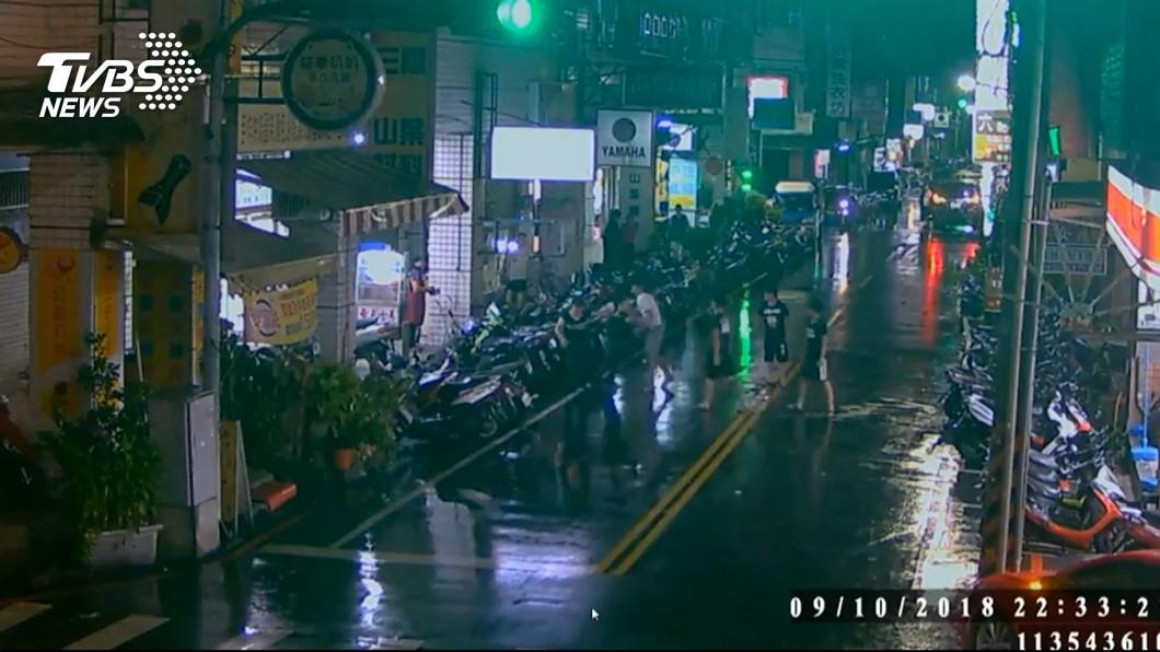 圖/TVBS 超商買飲料出來被打 男被疑挑釁遭4人圍毆
