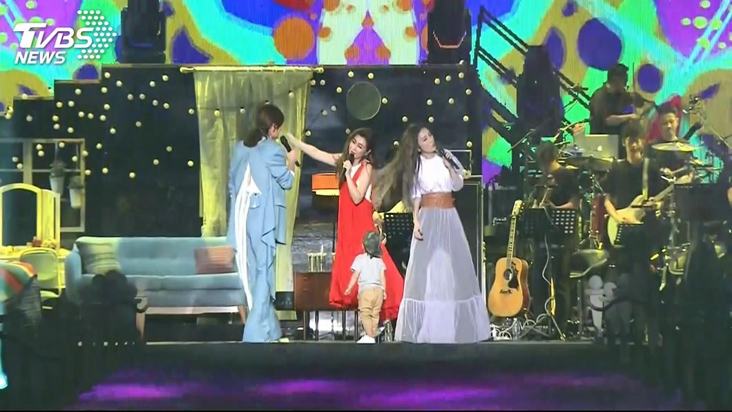 演唱會現場還出現了一位特別嘉賓,就是Ella的兒子勁寶。(圖/TVBS)