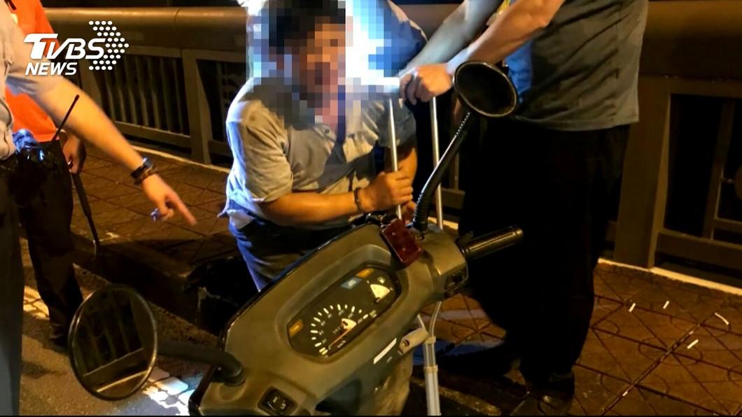 圖/TVBS 行動不便偷機車 攜拐杖騎贓車遭逮