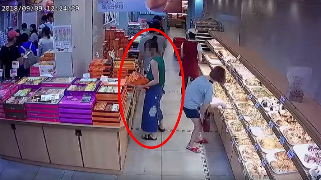 綠衣女子挑選伴手禮。圖/翻攝自爆料公社