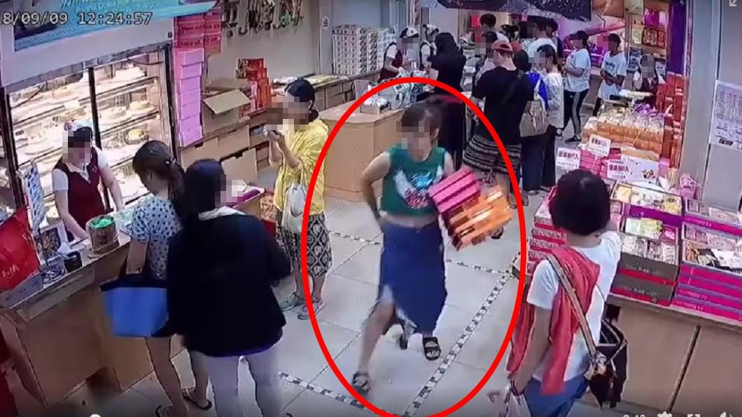 綠衣女子不時用眼神確認櫃台店員。圖/翻攝自爆料公社