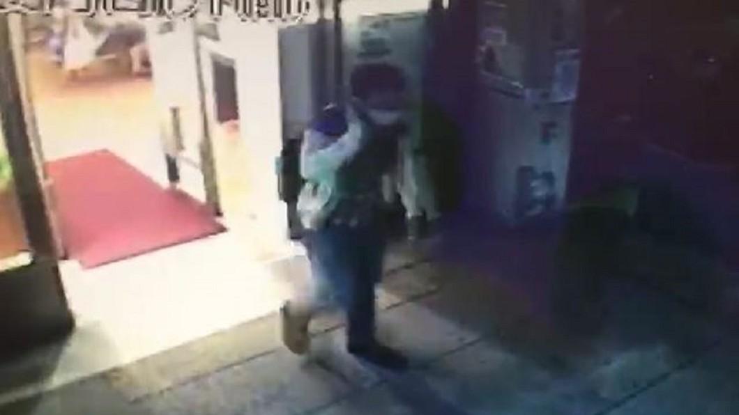 圖/翻攝畫面 國中女圖書館遇陌生男摸肩 險遭拉牆角性騷擾