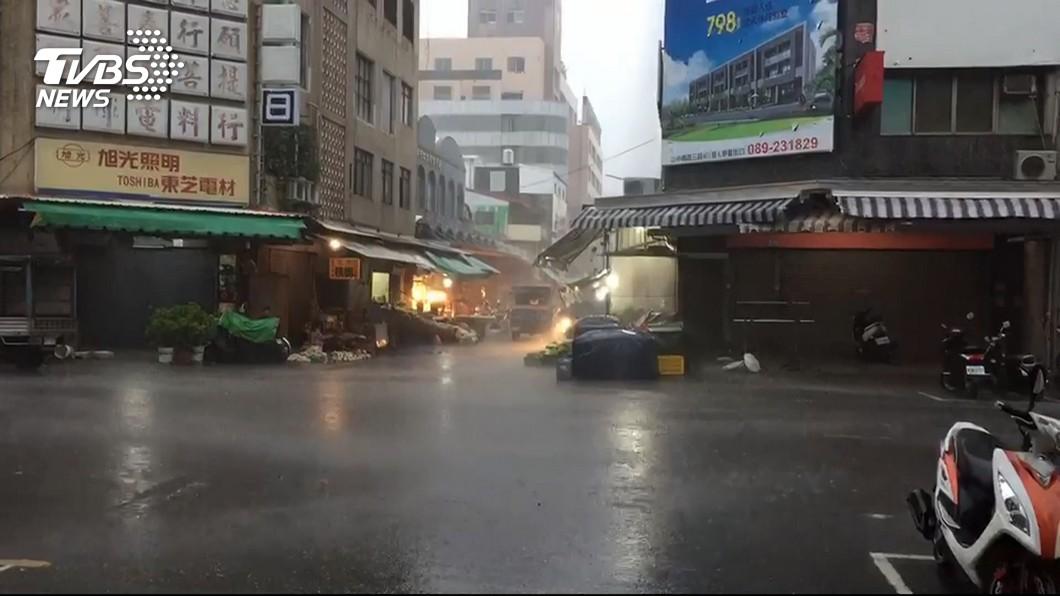 示意圖/TVBS 屏東出現超大豪雨 9縣市大雨豪雨特報