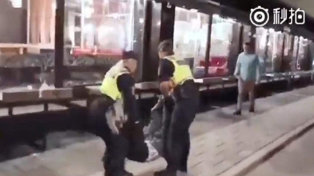 事件發生當天,男子被警方抬走。圖/翻攝自微博
