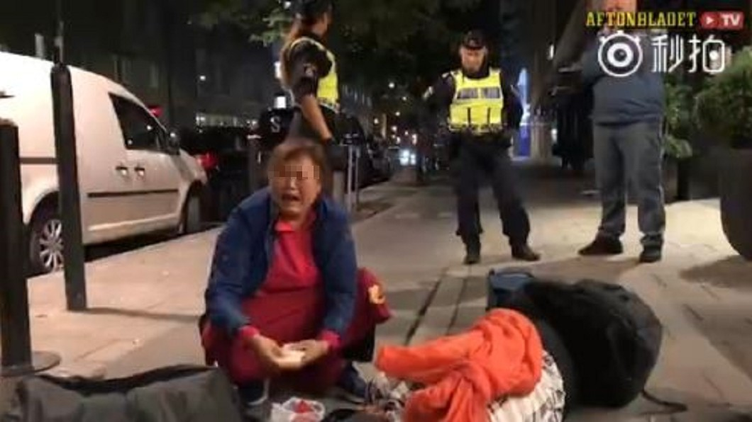 事件發生當天,婦人坐在地上大哭。圖/翻攝自微博