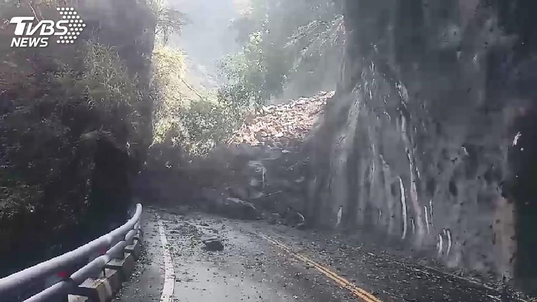 圖/TVBS 快訊/南橫公路大片落石坍方! 緊急搶通中