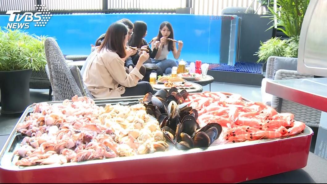 圖/TVBS 高雄業者搶中秋商機 紛推專人烤肉、續住半價