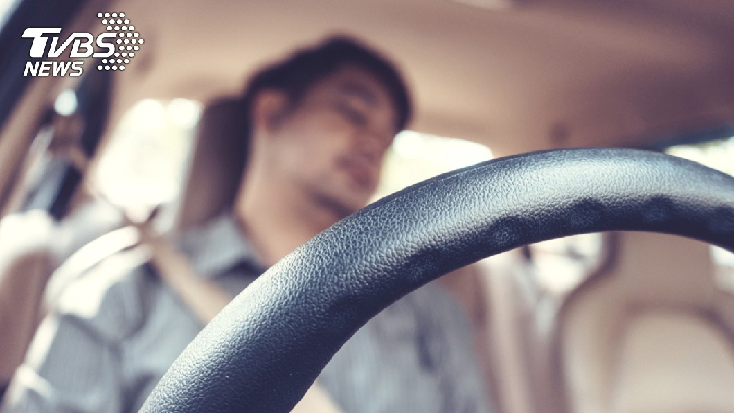 示意圖。圖/TVBS 誇張!車內睡著被叫醒 男「起床氣」持鐵棍打警
