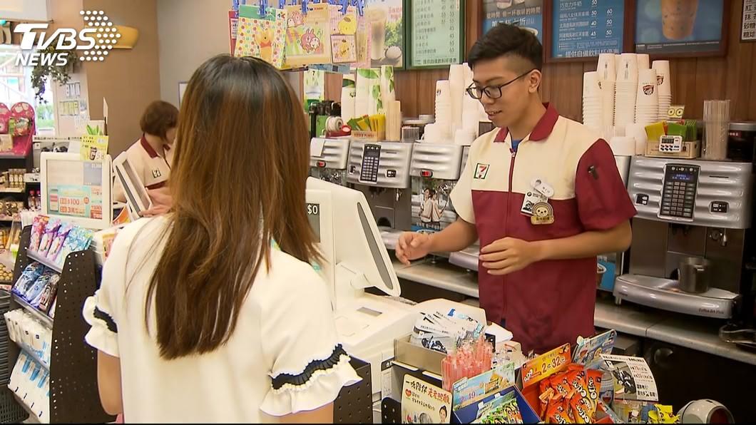 根據經濟部主計處統計,台灣每年約可賣出超過10.2億杯的休閒茶飲,平均每人每年消費44杯。圖/TVBS 超商最強「國民飲料」登場 年賣一千萬杯