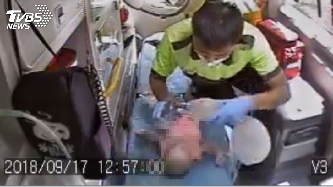 女嬰經急救,仍回天乏術。圖/TVBS 4月大女嬰獨自趴睡窒息亡!保母過失致死送辦