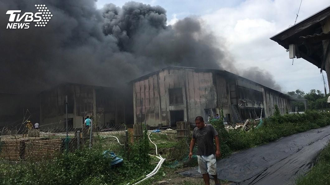 圖/中央社 嘉義養雞場火警 2棟大型雞舍付之一炬