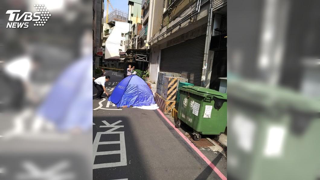 警方在現場拉起封鎖線,將釐清女子墜樓身亡的原因。(圖/TVBS)