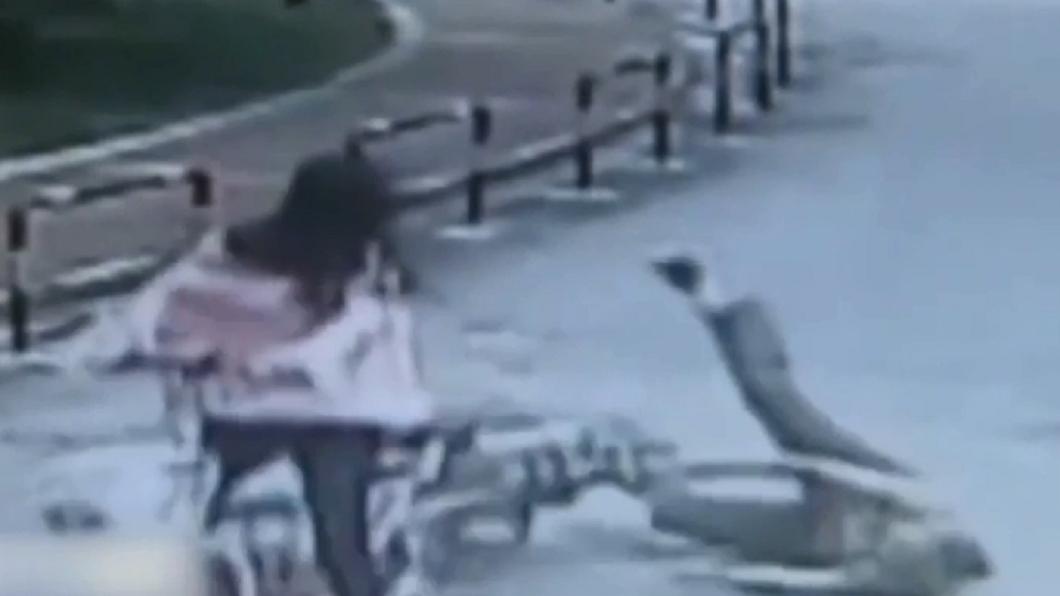 圖/翻攝自《澎湃新聞》 三寶女把老婦撞成顱內出血 裝路人冷眼圍觀開溜