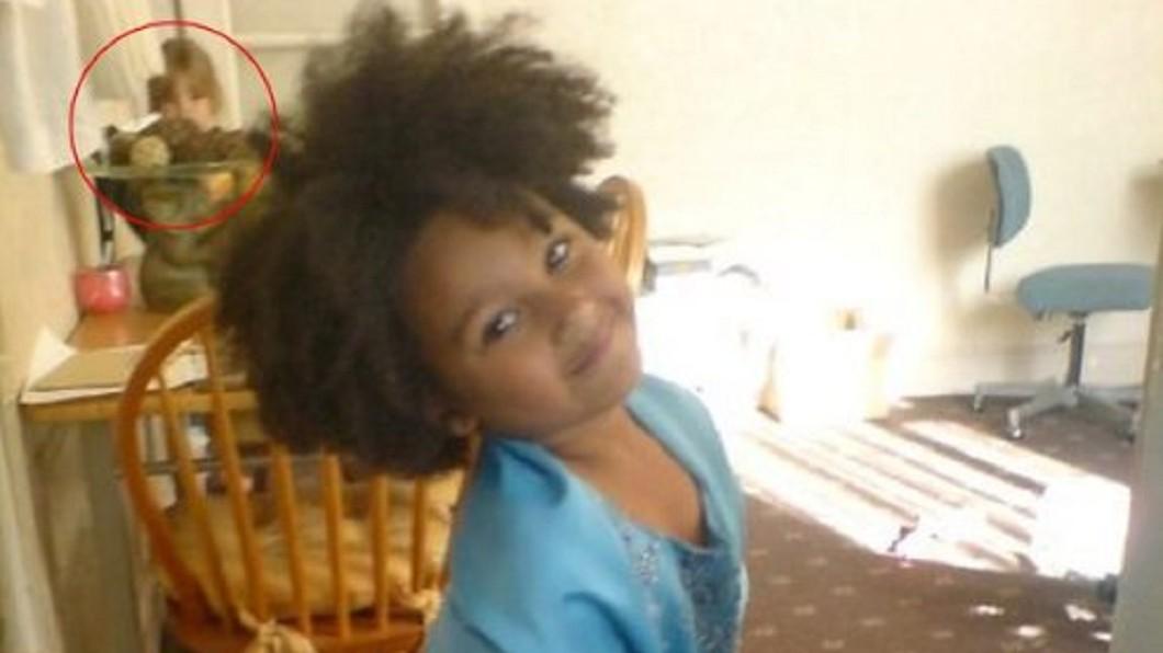 圖/翻攝自 臉書 10年舊照驚見7歲女兒站身後 母驚呼:穿越時空來看我