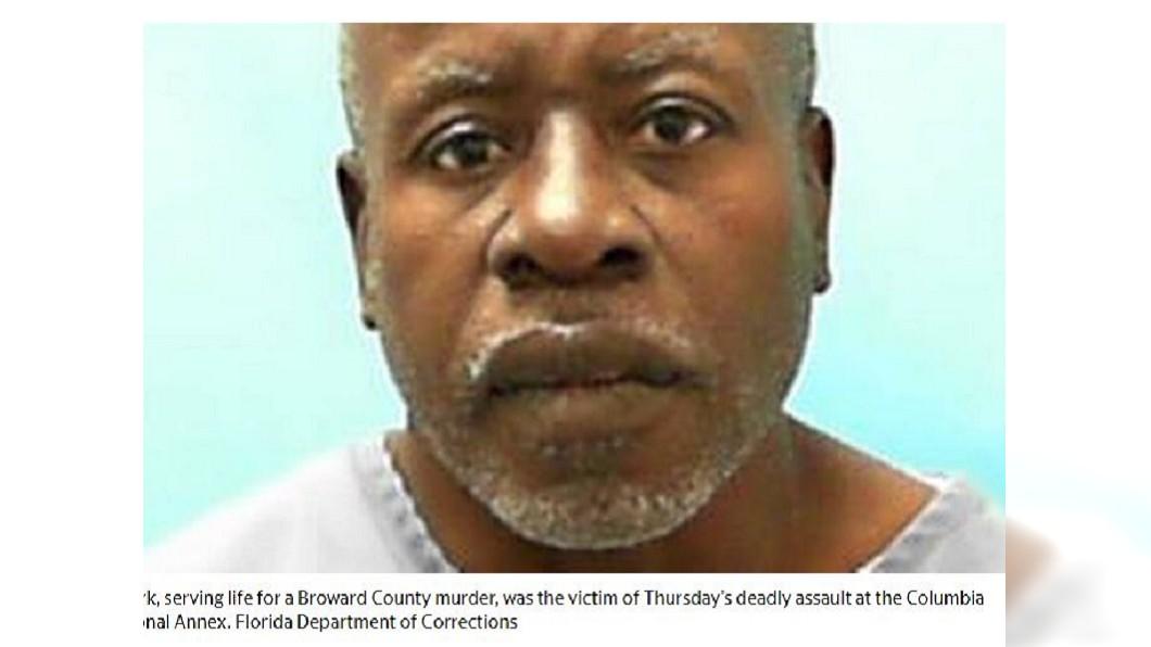 美國佛州一名58歲的囚犯馬克,慘遭獄友打死,他的眼珠甚至還被挖出,耳朵被割下,死狀十分悽慘。(圖/翻攝自邁阿密先驅報) 變態!囚犯打死獄友 割掉耳朵當項鍊挖出眼珠欲吞下