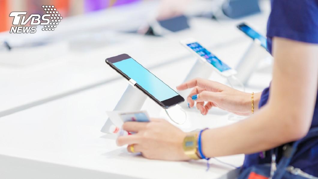 示意圖。圖/TVBS 惡劣!門市哄老人家綁約 拿0元手機騙是iPhone