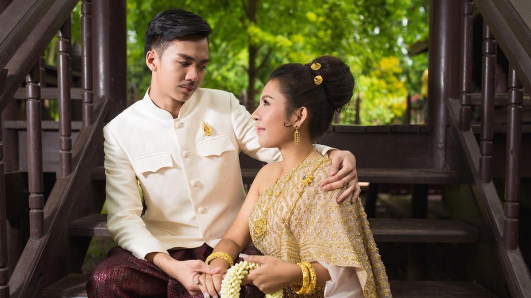 新娘Jutathip Nimnual與18歲新郎Phakin Junjerm的婚紗照。圖/翻攝自臉書