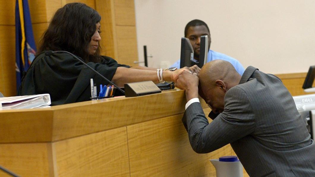 冤獄獲判無罪,約翰握著法官的手痛哭失聲。圖/翻攝自紐約郵報 坐17年冤獄少年變大叔 平反那刻他握法官手低頭落淚