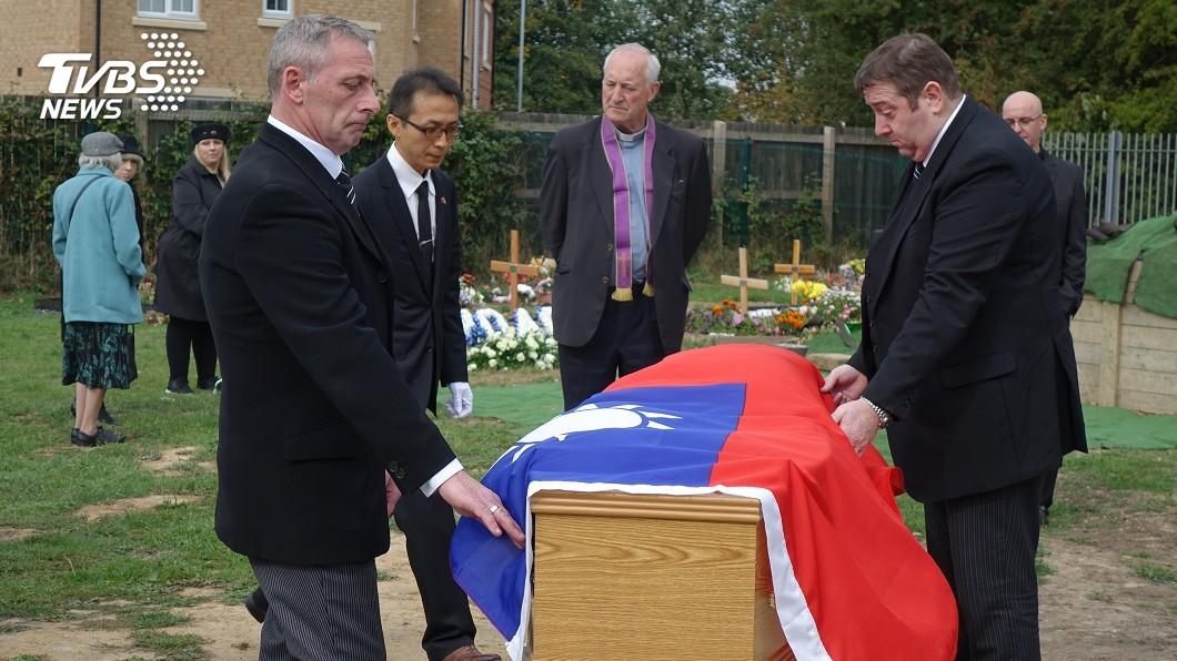 圖/中央社 中華民國國旗覆棺 英國二戰老兵完成遺願