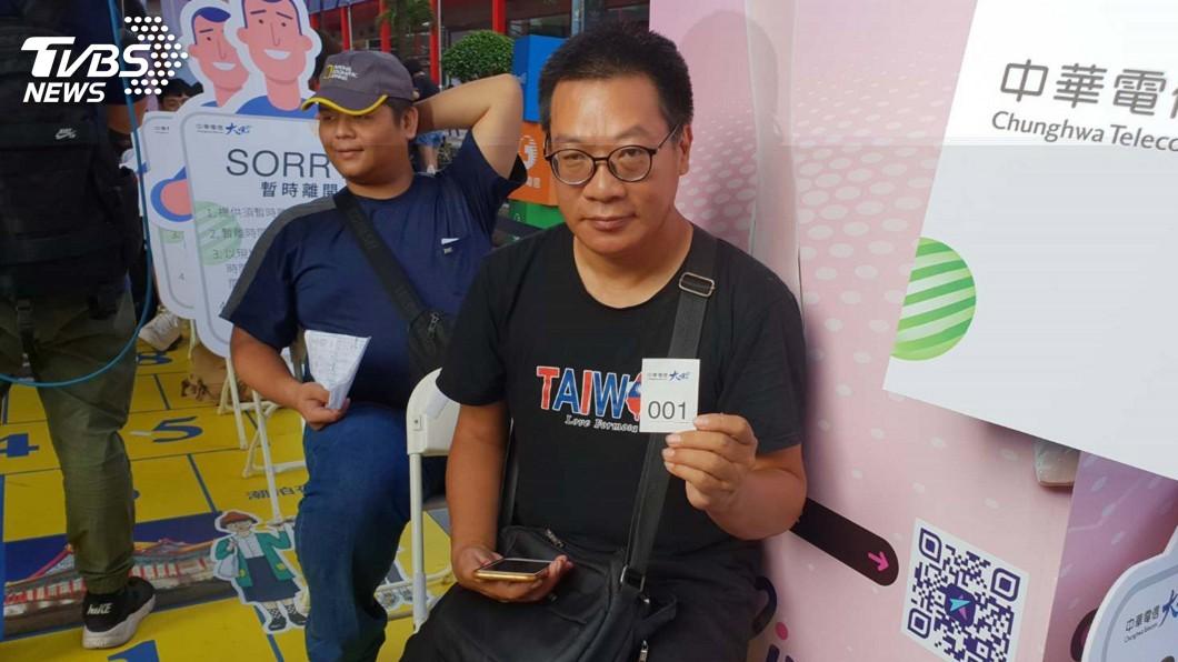 圖/中央社 iPhone XS今開賣 中華電頭香哥排了91小時
