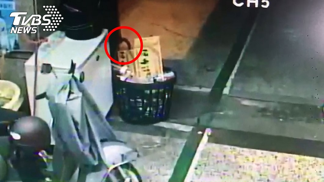 圖/TVBS 有冤屈?店面角落驚見一顆「鬼頭」直盯 他嚇到報案