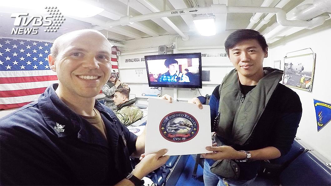 TVBS採訪團隊獲頒雷根號登艦證明。