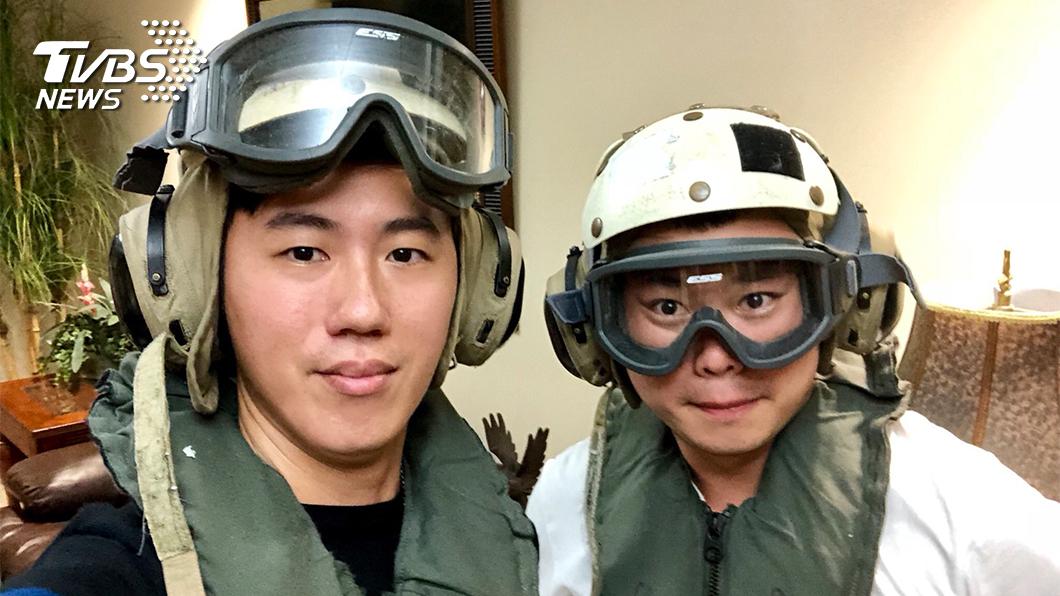 登艦參訪的記者必須穿戴美軍專用的安全裝備。